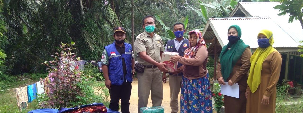 Dinas Sosial Kabupaten Aceh Tamiang Memberikan Bantuan Sosial Bencana Pohon Tumbang
